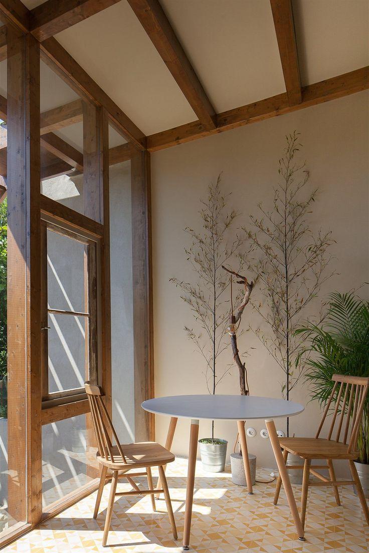 Dispozice ani zařízení domu si přitom na nic nehrají, prostá je i dřevěná zahradní přístavba zimní zahrady, která protíná celou stavbu a přidala cenné metry čtvereční.