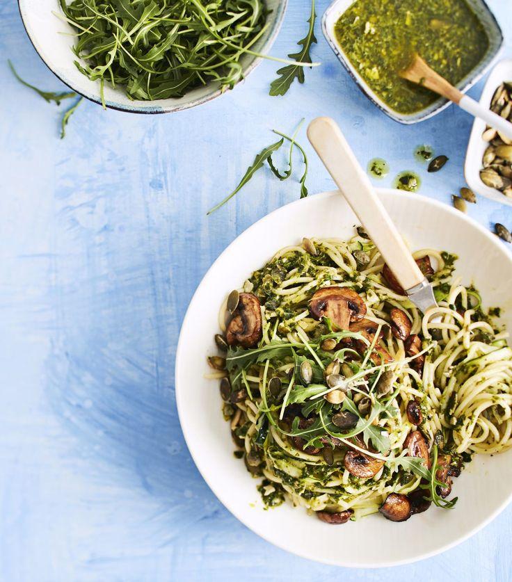Vegaaninen pestopasta vie kielen! Salaisuutena on itse tehty pesto, jossa maistuvat rucola ja sitruuna. Balsamicosienet ja spagetin joukossa...