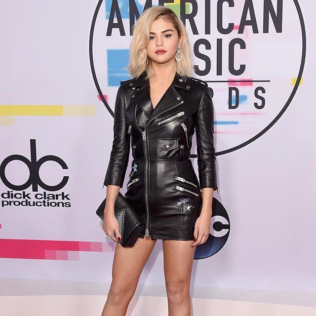 """@selenagomez riscou o tapete vermelho do #AMAs (American Music Awards 2017) que aconteceu no último domingo (19.11) usando um vestido de couro personalizado da @coach e surpreendeu com o novo visual? Quem aí gostou da versão """"blond"""" da cantora? (Foto: @harpersbazaarus) via HARPER'S BAZAAR BRAZIL MAGAZINE OFFICIAL INSTAGRAM - Fashion Campaigns  Haute Couture  Advertising  Editorial Photography  Magazine Cover Designs  Supermodels  Runway Models"""