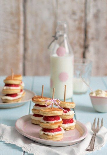 Mini-Pancakes mit Erdbeeren & Mascarpone Spieße - der perfekte süße Sack oder als Dessert. Rezept auf http://m.gofeminin.de/kochen-backen/top-food-blogs-d57541c645941.html