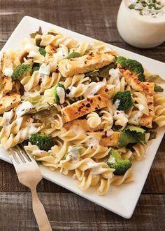 Ensalada de tornillo con pechuga asada. Encuentra la receta completa en www.cocinavital.mx |Recetas deliciosas y prácticas con pasta.