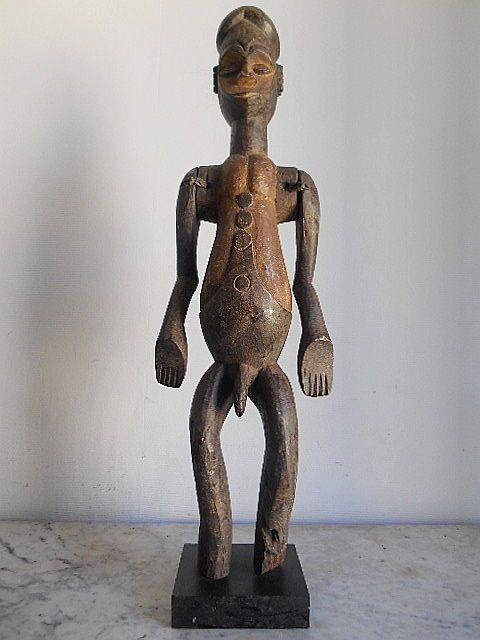 Standbeeld van de grote Afrikaanse mannelijke fetish 79CM - IDOMA - Nigeria  Groot en mooi standbeeld IDOMA van Nigeria. 79cmHet hoofd wordt gedomineerd door een Gelobde hoofdtooi in de vorm van een Kreta.Het hartvormige gezicht onthult een korte neus ogen in koffiebonen een gesloten mond met dunne lippen in een pout buisvormige nek.De borst heeft kleine uitpuilende pectorals thorax opgelaaid.Weergegeven: navel en massale seks.Opgemerkt moet worden dat de takken zijn geleed.Digitate…