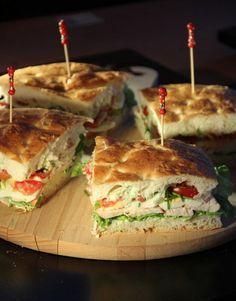 Turksbrood even in de oven verwarmen of afbakken. Snijd het brood doormidden, smeer de boven en onderkant in met een potje heksenkaas, leg er wat sla op. Snij 1 gerookte kipfilet in dunne plakjes, leg dit hier weer bovenop. Vervolgens wat plakjes gekookt ei en plakjes tomaat. Druk het even goed aan, steek er prikker in en snij het in vieren. Eet smakelijk!