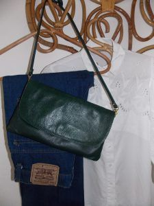 Sac pochette vintage cuir vert Maroquinier Chastain | http://jeronine-vintage.com/friperie-en-ligne/sac-vintage/sac-pochette-vintage-cuir-vert-maroquinier-chastain/