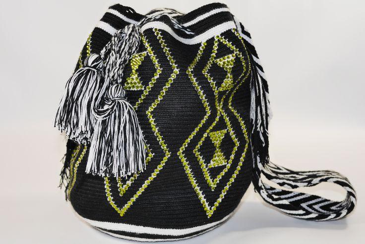Black Dream Mochila Wayuu with Rhinestones. Eine traumhafte Mochila Wayuu mit Strass dekoriert ! www.molago.de #mochila #wayuu #tasche #molago #taschen #kolumbien #handmade #handgemacht