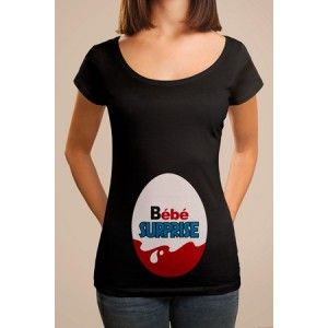 T-shirt original grossesse Bébé Surprise. T shirt personnalisé manches courtes, col rond à l'effigie du célèbre Kinder Surprise. Ce tee shirt humoristique femmes enceintes est une idée originale de cadeau !