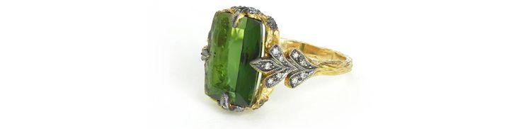 La créatrice revisite le solitaire dans une version en tourmaline verte sertie sur une monture en or jaune 22 carats et diamants.