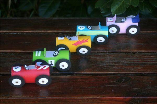 Manualidades para niños: cochecitos hechos con rollos de papel