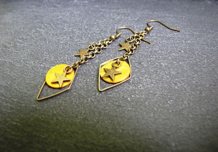 Boucles d'oreilles Topia - sequins nacrés jaunes, doubles étoiles bronze, losange