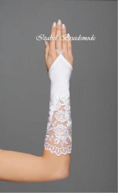 Half lange bruidshandschoenen met kant. Gemaakt van flexibel materiaal. Lengte: 30 cm. Verkrijgbaar in de kleur wit of ivoor. Maat: Universeel. -