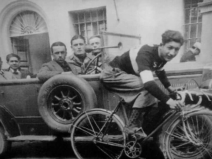 """Un giovane Gino Bartali (1914-2000) nel 1933, quando correva per i colori della S.S. Aquila di Ponte a Ema. Notevoli l'abbigliamento """"casual"""" e l'allestimento della bicicletta con parafanghi anteriore e posteriore..."""