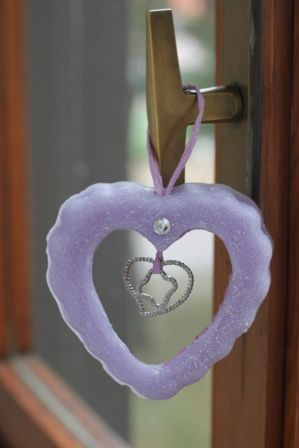 https://flic.kr/p/Pf7Qn1 | CORAZÓN VIOLETA PARA COLGARLO – HECHO DE CERA | Corazón violeta hecho de cera, con aceite 100% natural de vainilla; graneado lateralmente y decorado con el nombre de la receptora escrito en 3D. Tiene un dije en forma de corazón, un diamante de imitación y una cinta rosa para colgarlo. Ideal para todas las habitaciones y ocasiones. Tamaño: 100 x 90 mm.  Artesanal.  También en:  www.ilmiomondoincera.com