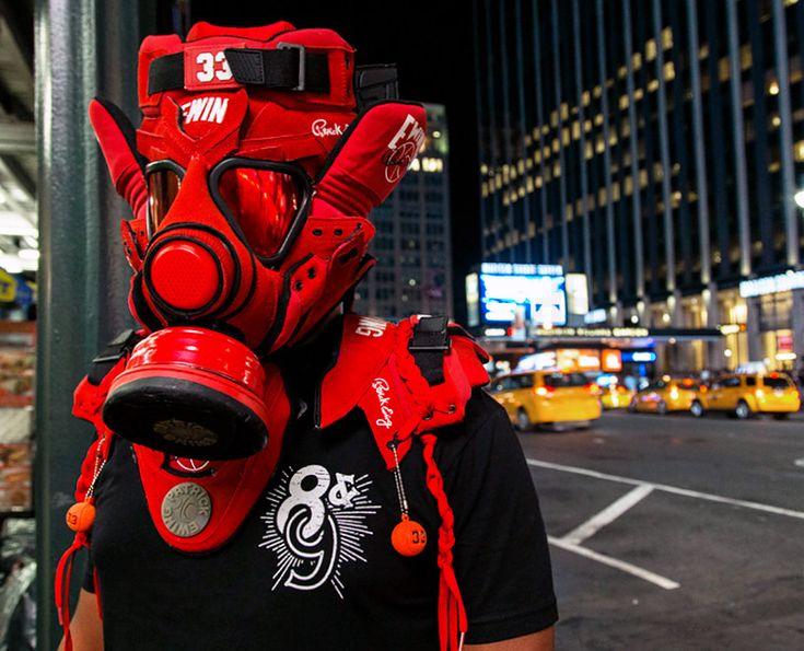 gasmasker gemaakt van sneakers