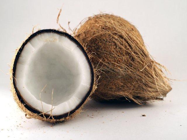 Hindistan cevizi sütü Tayland sıcağında büyük bir ferahlama sağlıyor. Büyük boyutlu genç ceviz ve küçük boyutlu olgun ceviz olmak üzere iki çeşit bulunuyor. Küçük boyutlu olancevizler daha lezzetli bir tada sahipler. Hindistan cevizi başta köriler ve çorbalar olmak üzere Tay yemeklerinde de sıklıkla kullanılıyor. Hindistan cevizindenyapılan ve seyyar tezgâhlarda satılan ev yapımı dondurmalar da son derece lezzetliler.