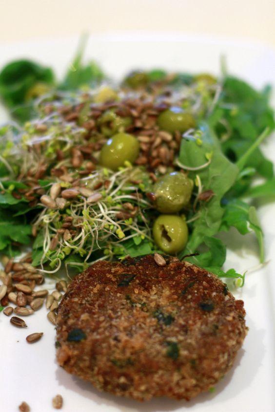 Kotlety gryczane z fetą i pieczarkami podane z zieloną sałatką z sosem musztardowym