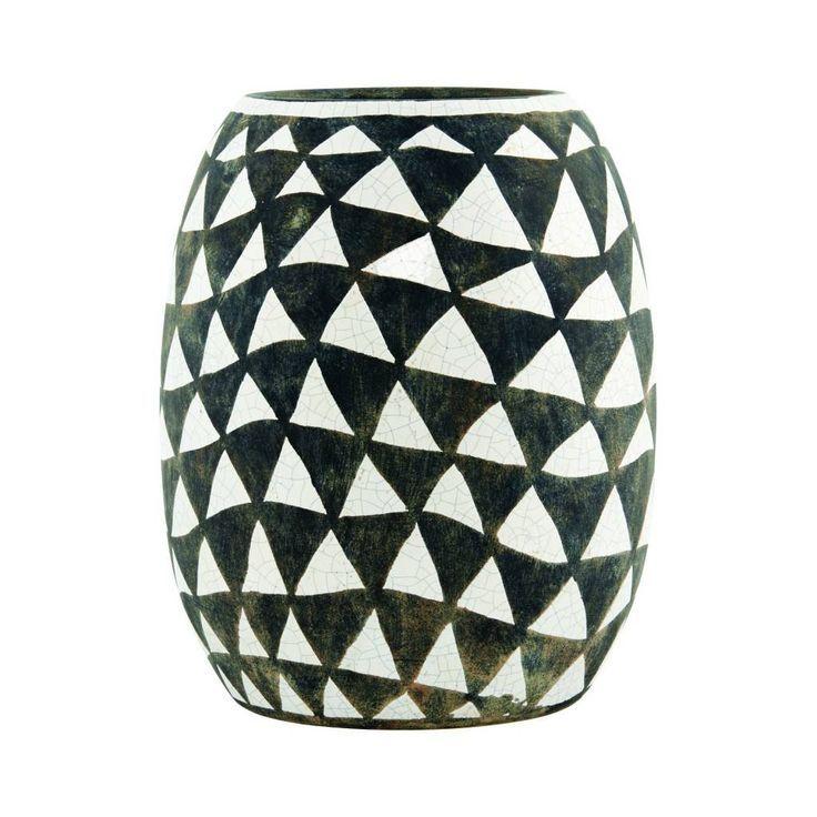 POTTEN EN VAZEN: Erg opvallende vaas met zwarte en witte driehoeken