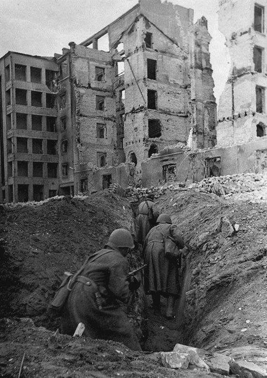 Soldiers moving through the city trenches in Stalingrad - 1942