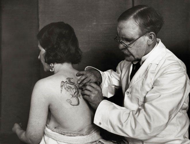 1930: una donna inglese si fa tatuare un dragone sulla schiena