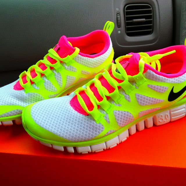 i love how bright they are!Running Shoes, Neon Tennis Shoes, Free Runs, Nike Running, Neon Colors, Nike Shoes, Neon Nike, Nike Free, Bright Workout Shoes