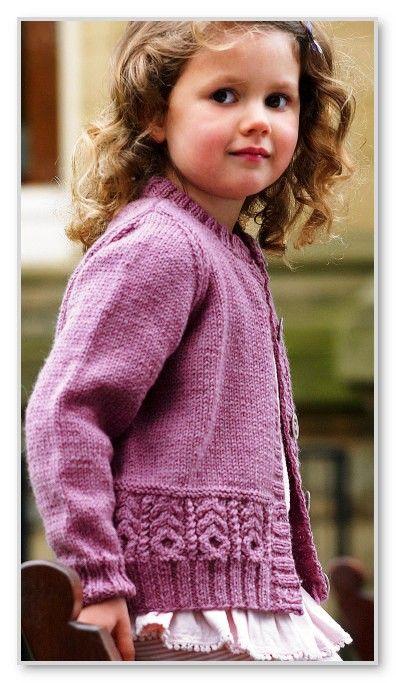 Вязание спицами. Однотонная кофточка на пуговицах, с рельефным мотивом, для девочки 3-4 (5-6; 7-8; 9-10) лет