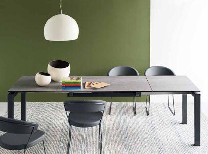 Adatto ad accogliere comodamente 6 o 10 amici, il tavolo allungabile AIRPORT è un'ottima soluzione in cucina o in sala da pranzo. Disponibile in vari colori e finiture.