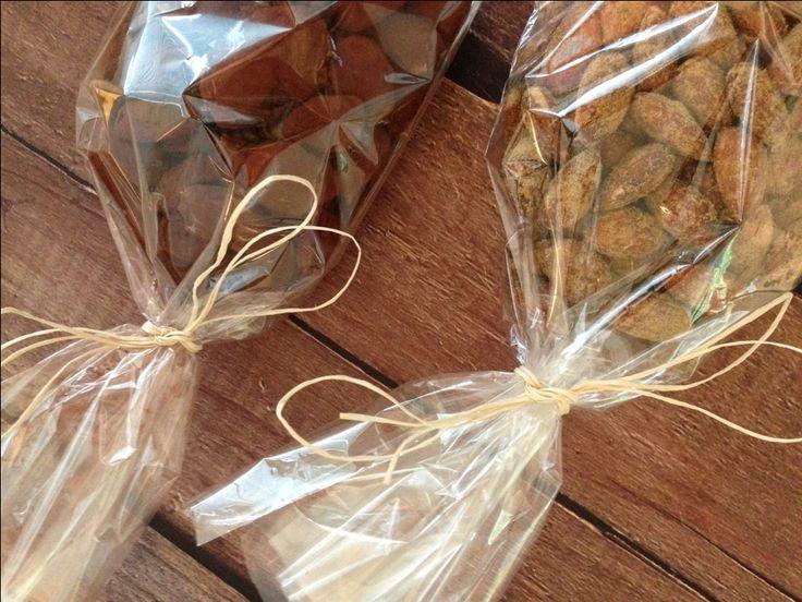 Kakao- og lakrids mandler. Opskrift på lakrids mandler og mandler med hvid chokolade som til sidst er vendt i kakako. Den perfekte værtindegave, som aften hygge snack eller til højtider.