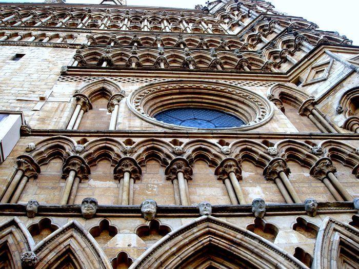 Elewacja zewnętrzna w stylu angielskiego gotyku.