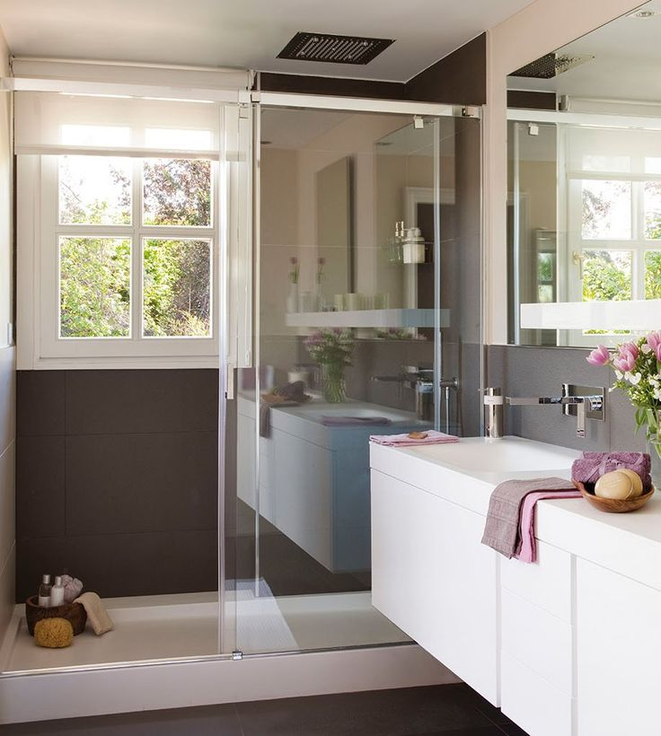 Los 15 mejores lavabos con pequeño tamaño y otras ideas para decorar el baño y organizar los muebles del lavabo, como la ducha, los armarios y las mamparas.