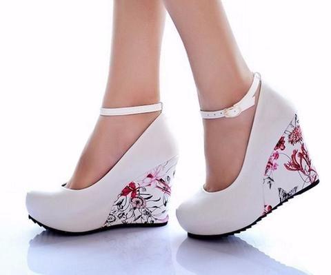 White Pump Shoe Eee