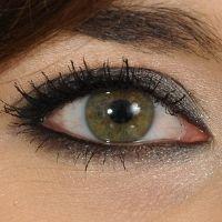 Makijaż dzienny oka - podkład ,puder, bronzer, róż*   jasny cień w wewn. kąciku oka ipod brw. Czarnym kolorem przyciemnij linie wodne - górną i dolną. U nasady górnych rzęs narysuj cienką kreskę oraz rozetrzyj ją.Czekoladowy cień na dolną powiekę i kreskę na górną. Na górna cień kol. mlecznej czekolady, załamanie podkreśl ciemnym brązem,  jasnym ociepl spojrzenie rozcierając go na powiece dolnej. Biały cień w kącik oka, tusz na rzęsy.