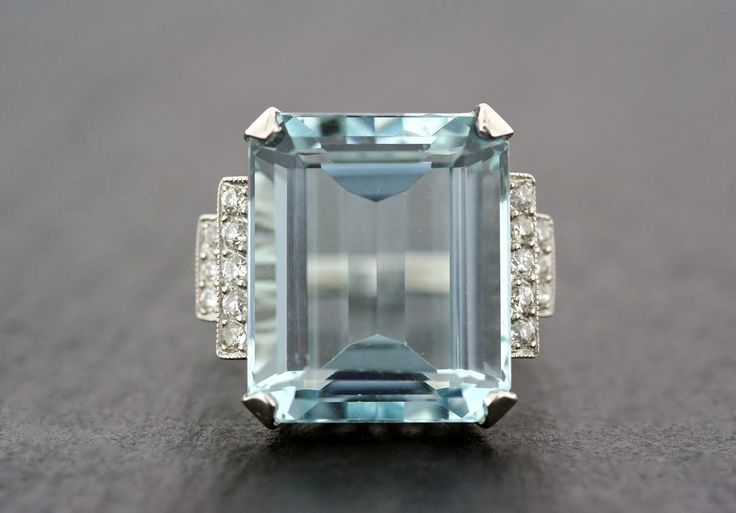 Vintage Aquamarine Ring - 1950s Aquamarine & Diamond Cocktail Ring - Art Deco Aquamarine Statement Ring de AlistirWoodTait en Etsy https://www.etsy.com/es/listing/275423922/vintage-aquamarine-ring-1950s-aquamarine