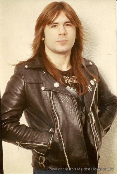 Bruce Dickinson. Paul Bruce Dickinson (Nottinghamshire, 7 de agosto de 1958), mejor conocido como Bruce Dickinson, es un cantante, productor musical y piloto de aviación británico. Es famoso por ser el vocalista, frontman y co-compositor de la banda de heavy metal, Iron Maiden. Es considerado por muchos expertos de canto, medios y el público en general como uno de los mejores cantantes de la historia del heavy metal. También posee un nivel intermedio de interpretación en guitarra.