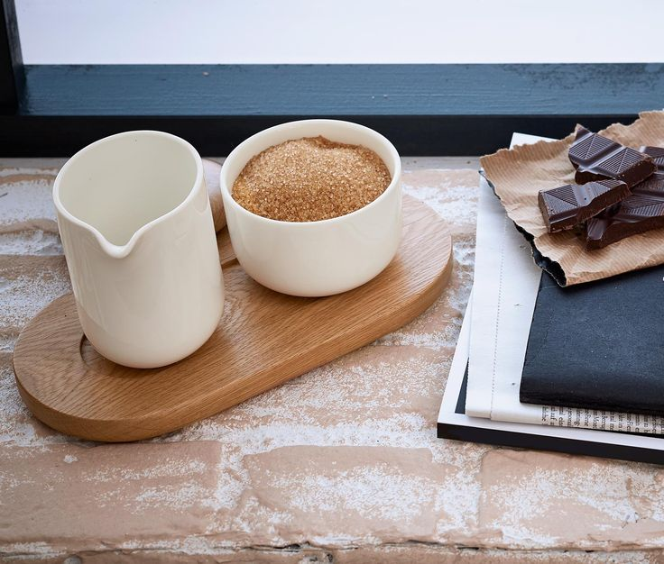 499 Kč Cukr a mléko do kávy? S touto servírovací soupravou to bude hračka! Dekorativní souprava sestává z konvičky na mléko, cukřenky s víčkem z dubového dřeva a podnosu, na kterém má konvička a cukřenka své místo.
