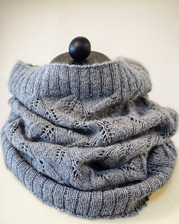 ❈ I find cowls very practical and I love beautiful and easy-to-follow lace patterns as well. That's how Osie cowl was born. Hope you like it ❈