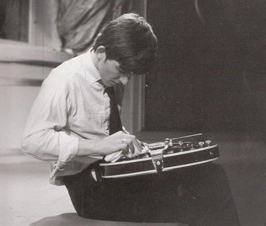 Lo que también me impresionó en esta etapa fue su dedicación, casi amor por su guitarra. Uno podía ver a Paul [McCartney] o John [Lennon] arrojando virtualmente sus guitarras después de un show, pero George [Harrison] lo trató con la mayor reverencia ... casi como si fuera una parte de él. Lo volvería a afinar, pulir, ensayar. Su evaluación sobria de otros guitarristas fue una revelación: era casi como un alto directivo de fútbol cuando se trataba de resolver la debilidad y la fuerza de la…