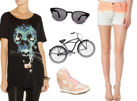 Nike, colore cipria principessa; pantaloncini; shirt; occhiali neri...monta in bicicletta per una bicicletta al lungo mare.