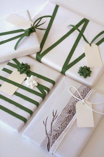 Kerstcadeautjes ingepakt, sneeuwwit en kerstgroen, rendiertaupé