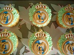 Real Madrid cupcakes. Oh my god. Oh my god. My future husband will make these for me (because I'm going to marry a Madridista).