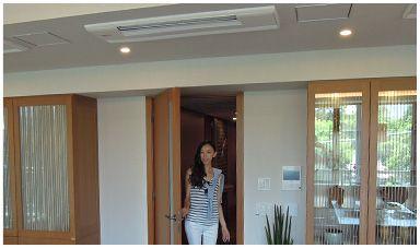 ザ・パークハウス グラン 南青山高樹町 モデルルームのリビング 天井埋込型エアコン