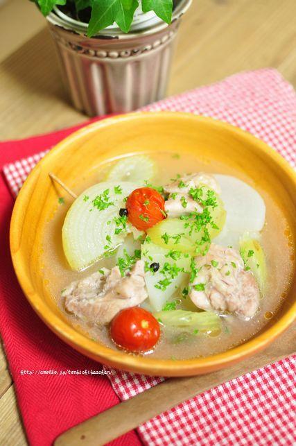 スープ絶品!大根と鶏肉のポトフ 材料(4人分) ・鶏もも肉 2枚 ・塩 小さじ2 ・大根 1/2本(500-600g) ・セロリ 1本 ・玉ねぎ 1個 ・ミニトマト 8個 ・水 800-1000cc ・GABANブラックペパー<ホール> 8-10粒ほど ・塩(味付け用) 小さじ1 ・パセリ 適量  作り方 1)鶏もも肉は余分な脂肪をはずして大きめにそぎ切りにしてボウルに入れ、塩小さじ2を振りかけて室温で30分ほどおく。大根は2センチの厚さの半月切りに、セロリは1センチ幅の斜め切りに、玉ねぎは4等分に切ってバラバラにならないよう楊枝を刺す。 2)1の鶏肉を水で軽く洗ってざるにあけ、キッチンペーパーで水けをふく。鍋にオリーブオイル(分量外)をひいて鶏肉の皮を下にして並べ、表面に焼き色を付ける。 3)セロリ、大根、玉ねぎの順に鶏肉の上に並べ、かぶるくらいの水とブラックペパー<ホール>を加えて弱火で20分ほど煮込む。途中あくが出たらすくう。 4)大根が軟らかくなったら塩で味を調え、ミニトマトを加えて2分ほど煮る。 5)器に盛りつけて、刻んだパセリを散らす。