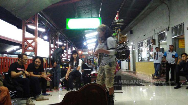 Musisi Yon Gondrong Hibur Arek Malang Dengan Mainkan 12 Alat Musik http://malangtoday.net/wp-content/uploads/2017/01/Yon-Gondrong.jpg MALANGTODAY.NET – Musisi Yon Gondrong, tampil menghibur pengguna jasa transportasi kereta api di Stasiun Kotabaru, Malang, Selasa (23/01). Seperti biasanya, Yon tampil dengan 12 alat musik yang menempel di tubuhnya. Gaya bermusik seperti ini, baru pertama kali ada di Indonesia. Suasana... http://malangtoday.net/malang-raya/musisi-yon-gond
