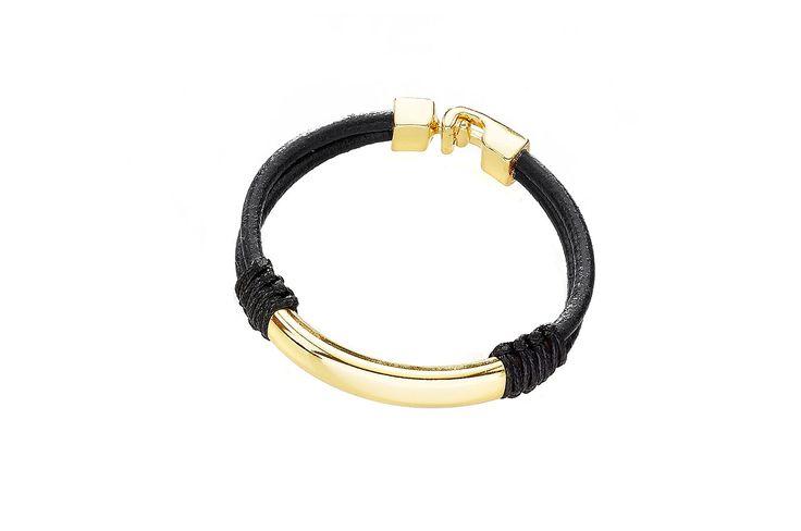 Pulsera elaborada en caucho de color negro con dije de barra y broche elaborados en 4 baños de oro de 18 kl. Largo de 21 cm.