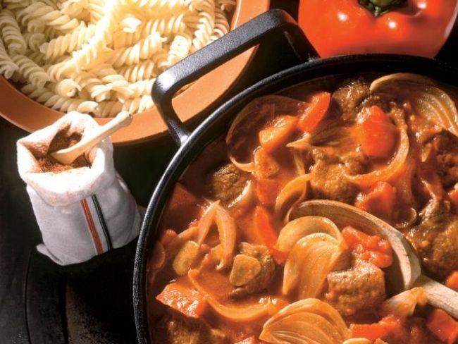 Porkolt wołowy, dania główne, dania z wołowiny, gulasz, kuchnia węgierska