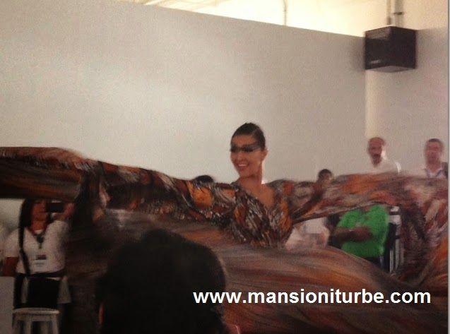 Exhibición de Pineda Covalin durante la entrega del reconocimiento por parte del Gobierno de Michoacán a la Diseñadora Cristina Pineda en el Marco del Tianguis Turístico de México en Cancún.