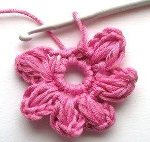 http://www.nafeusemagazine.com/Tutoriel-faire-une-fleur-au-crochet-_a843.html
