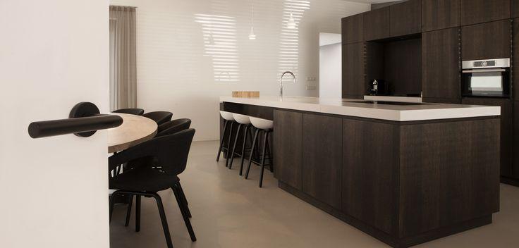 Strakke mat zwarte deurkruk in een stijlvolle woonkamer
