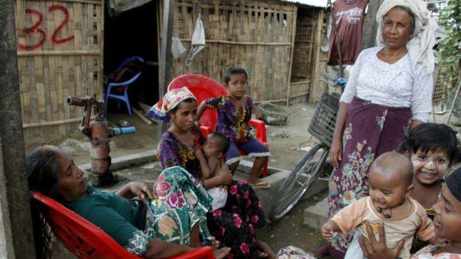 KIBLAT.NET, Rakhine – Presiden Myanmar Thein Sein akhirnya mencabut status darurat dari Provinsi Rakhine yang berlaku sejak tahun 2012. Status ini dicabut, sehari menjelang turun dari bangku kepresidenannya pada Rabu (30/03). Keadaan darurat diterapkan Myammar terhadap 140.000 penduduk Rakhine. Menyusul penindasan yang dilakukan umat Budha Myanmar terhadap penduduk Muslim di Rakhine. Sebagian besar mereka merupakan …
