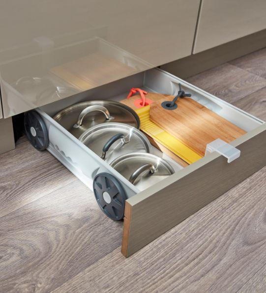 Des rangements dans tous les recoins de la cuisine : ce kit tiroir s'adapte derrière une plinthe, sous un meuble de largeur 60 ou 80 cm.