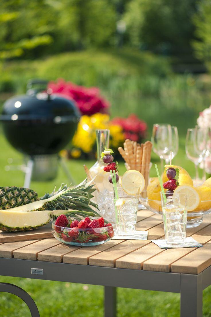 Bastano un tavolo da giardino e un barbecue per trascorrere una giornata in compagnia all'insegna del relax e del divertimento #outdoor #garden #living #area #table #bbq #grill