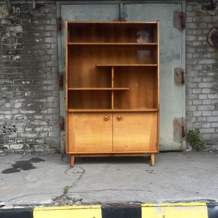 Biblioteka produkcji rumuńskiej BILEA.Biblioteka drewniana, lakierowana w…